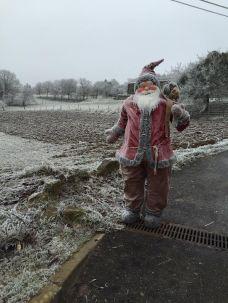 Oh, un père Noel sur le chemin